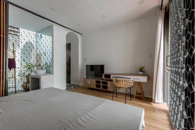 Trong phòng ngủ, lưới thép họa tiết được sử dụng thay tường để tạo độ thoáng cho phòng.
