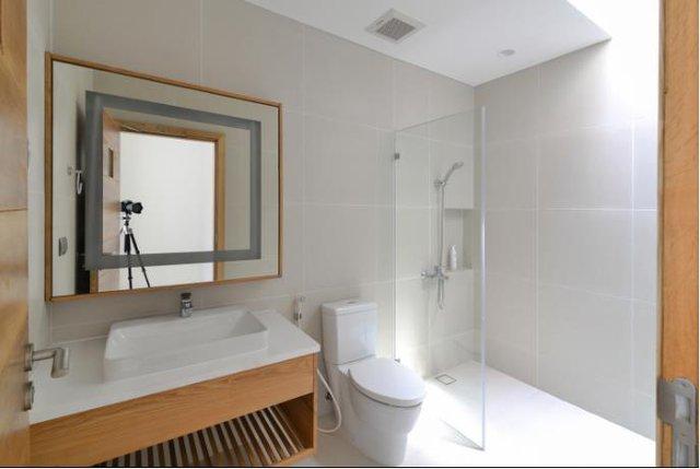 Nhà vệ sinh trên tầng 2 sạch bóng và vô cùng hiện đại.