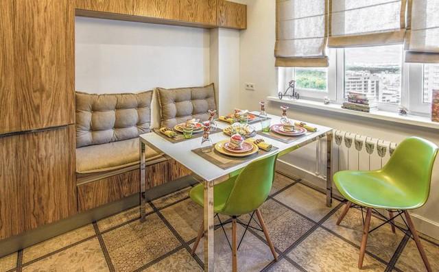 Bàn ăn nhỏ dành cho cả gia đình được ưu tiên một vị trí thoáng sáng nhất cạnh cửa sổ.