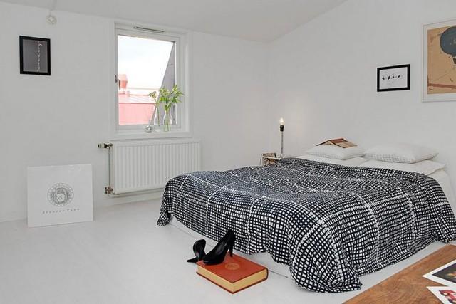 Đây là phòng ngủ lớn được bài trí đơn giản và rất thoáng sáng nhờ cửa sổ mở ra bên ngoài. Phòng ngủ với hầu hết nội thất, tường và trần đều mang tông màu trắng màu trắng giúp không gian thêm rộng thoáng và đẹp một cách tinh tế.