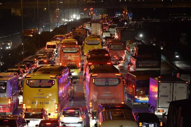Hà Nội: Tắc khắp ngả, đông nghẹt bến xe trước nghỉ lễ - Ảnh 18.