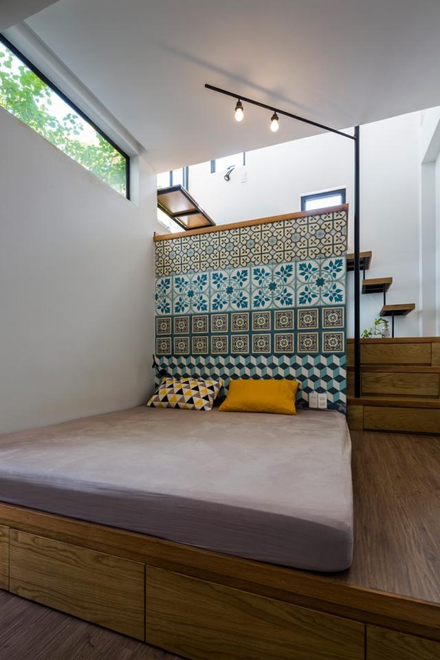 Tầng 3 được thiết kế ấn tượng với một bên là phòng ngủ nhỏ và 1 bên là góc đọc sách tuyệt đẹp.