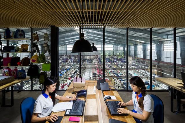 Từ nơi làm việc của khối văn phòng có thể dễ dàng nhìn xuống không gian sản xuất nhờ bước tường kính trong suốt.