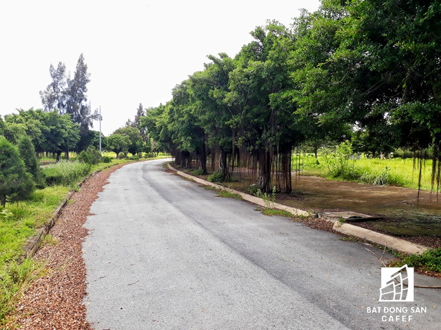 Những con đường hoang vắng trong lòng hai khu đô thị.