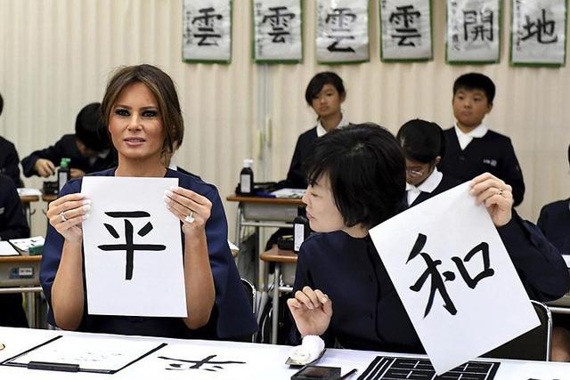 """Bức thư pháp với chữ """"Hòa"""" của phu nhân Thủ tướng Abe (bìa phải) và bức thư pháp với chữ """"Bình"""" của phu nhân Tổng thống Trump."""