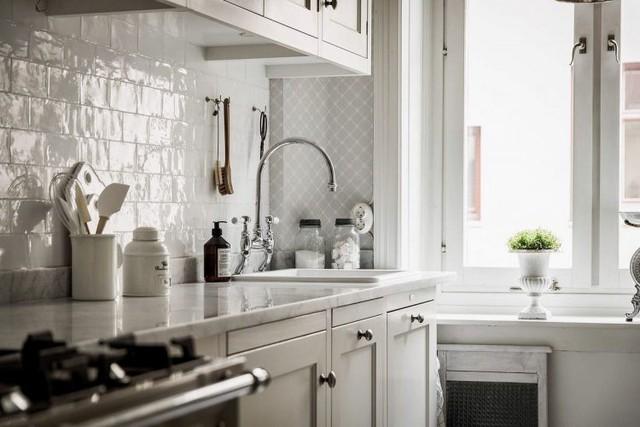 Toàn bộ không gian nấu ăn cũng được sử dụng tông màu trắng chủ đạo từ hệ thống tủ kệ bếp đến phần lớn những món đồ lớn nhỏ trong bếp.