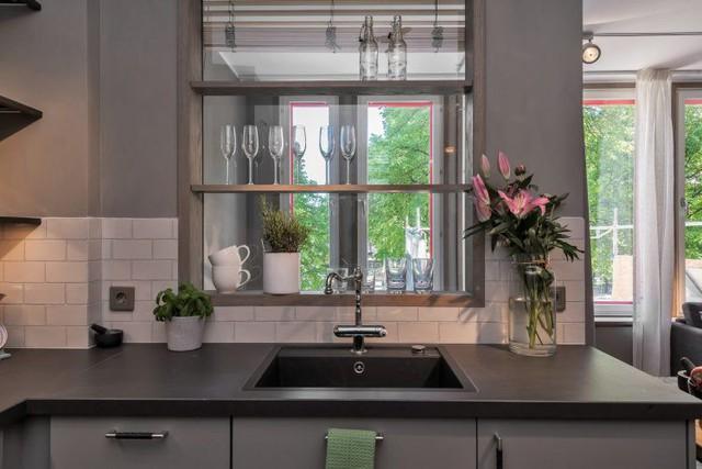 Hoa và cây xanh cũng được đưa vào không gian bếp ăn thổi bừng sức sống cho căn hộ.