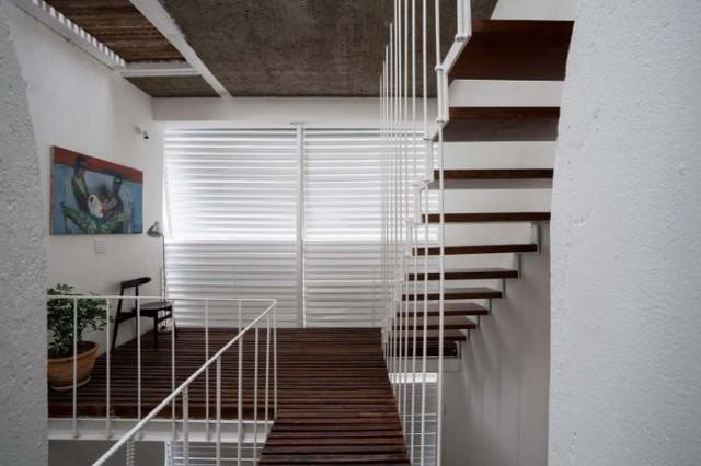 Hành lang được tạo nên từ những thanh gỗ ghép lại với nhau mang đến cảm giác thân thiện, gần gũi.