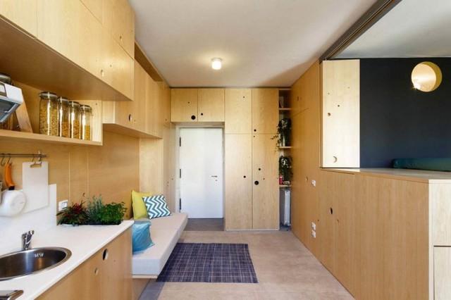 Ngay lối vào nhà là khu vực tiếp khách được bài trí đơn giản với những chiếc gối êm nhỏ nhiều màu sắc.
