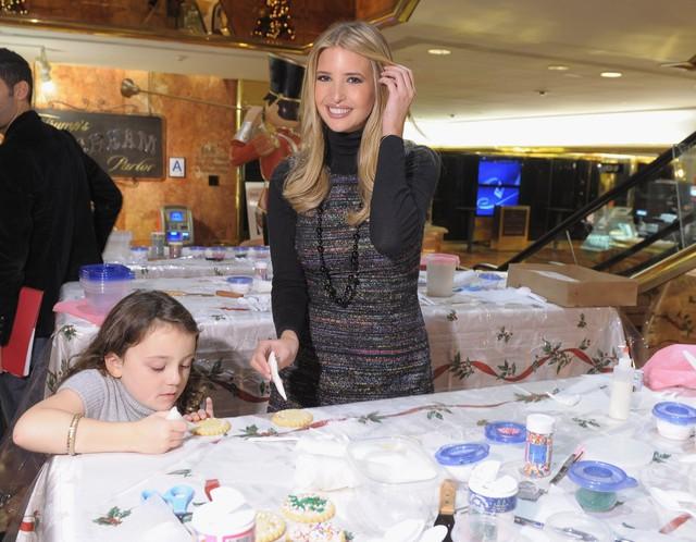 Ivanka Trump tổ chức chương trình Glad Cookie Exchange ủng hộ cho tổ chức vì trẻ em ung thư tại Trump Tower, New York vào 29/11/2011. Ảnh: Getty Images.