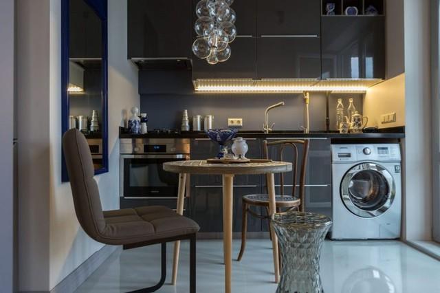 Hệ tủ bếp cũng chính là nơi chủ nhà đặt chiếc máy giặt vừa khít.