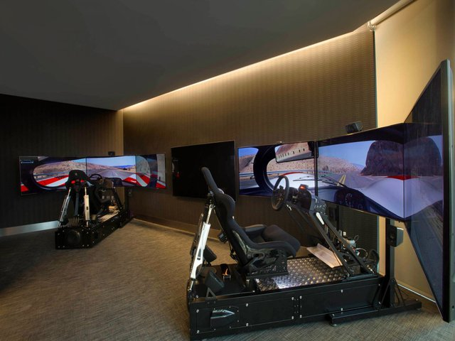 Phòng chơi game với các mô phỏng về xe hơi.