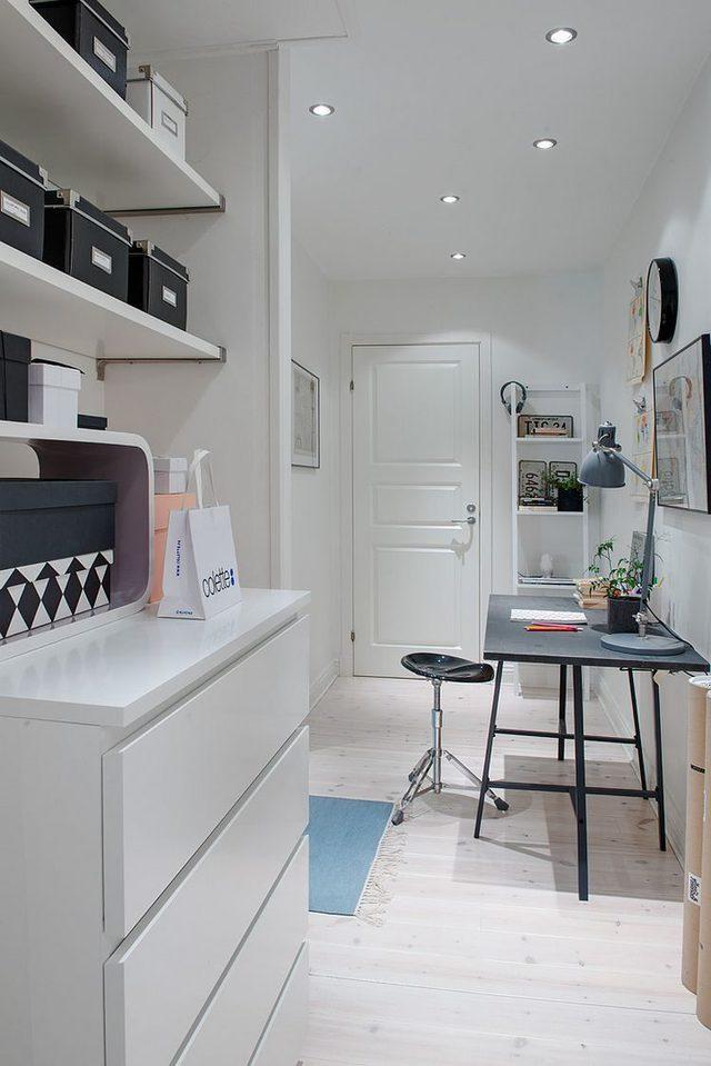 Hệ thông kệ chạy dài được phân làm nhiều tầng cao sát trần thỏa mãn nhu cầu để đồ cho chủ nhà.