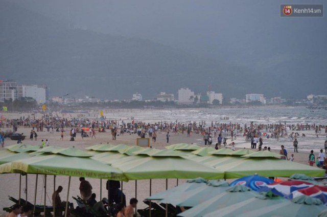 Lượng khách đổ về bãi tắm Phước Mỹ (Đà Nẵng) chiều 30/4 khá đông. Ảnh: Phương Thảo