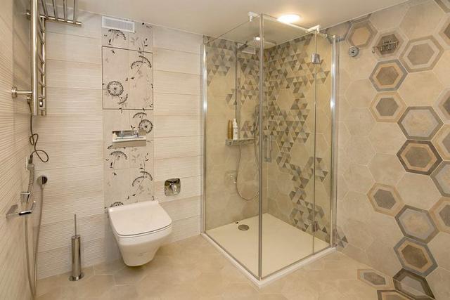 Phòng tắm đứng được lắp cửa kính bao quanh.
