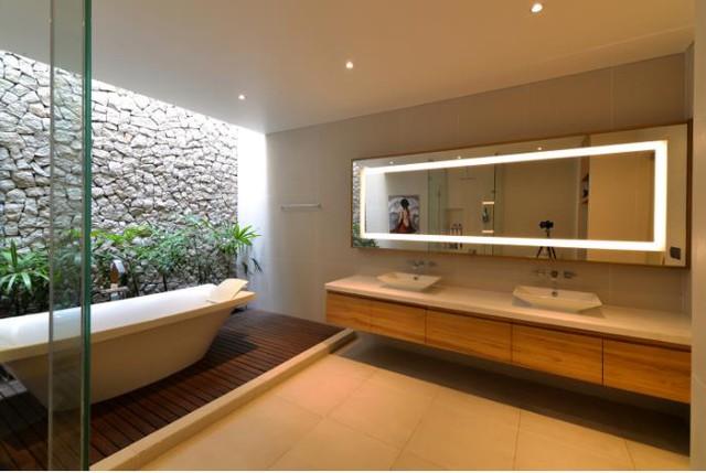 Cây xanh cũng được trồng len lỏi vào cả không gian nhà tắm.