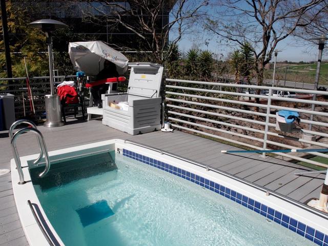 Bể bơi ngoài trời luôn sẵn sàng phục vụ trong những ngày nóng nực.