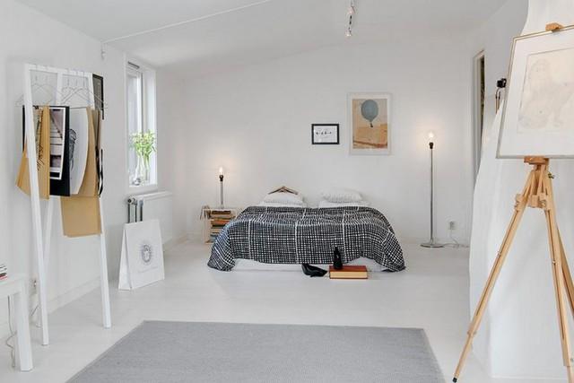 Để cân bằng màu sắc, chủ nhân của căn hộ đã chọn những món nội thất nhỏ với tông màu đen, nâu để trang trí nhấn nhá thêm cho căn phòng.