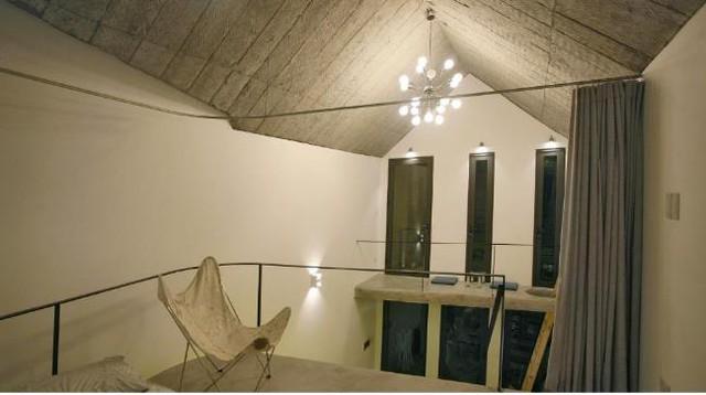 Đối diện phía bên kia của phòng ngủ là một góc tiếp khách hoàn toàn cách biệt với mọi không gian của ngôi nhà.