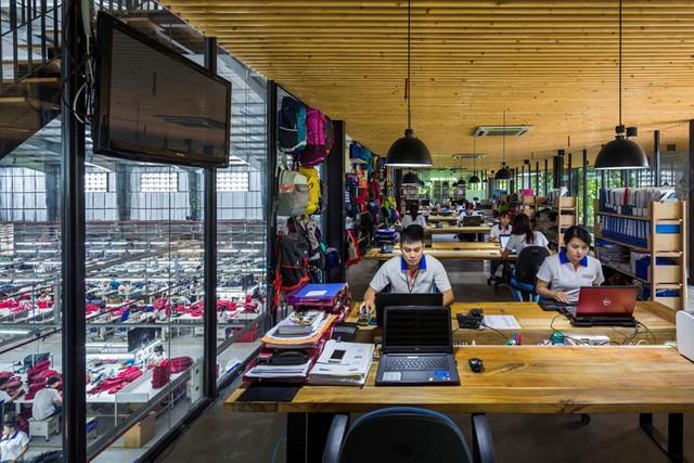 Khoảng cách giữa công nhân và bộ phận quản lý trở nên gần gũi và thân thiện hơn cũng nhờ bức tường thiết kế đặc biệt này.