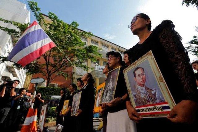 Không quản đường xa, nhiều người dân Thái Lan vẫn có mặt ở Bangkok để nói lời vĩnh biệt với vị vua đáng kính của dân tộc.