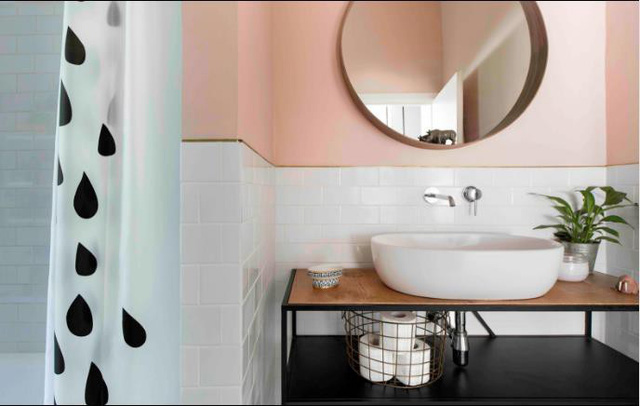 Căn hộ nhỏ này còn sở hữu một nhà vệ sinh tuyệt đẹp và ngăn nắp.
