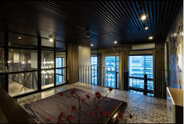 Thay vì bày nhiều đồ đạc trong phòng ngủ thì chủ nhà này lại tạo điểm nhấn bằng lọ hoa và ánh đèn âm tường.