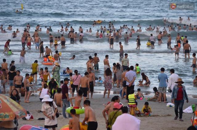 Bãi biển Mỹ Phước chật ních người vào xế chiều. Ảnh: Phương Thảo