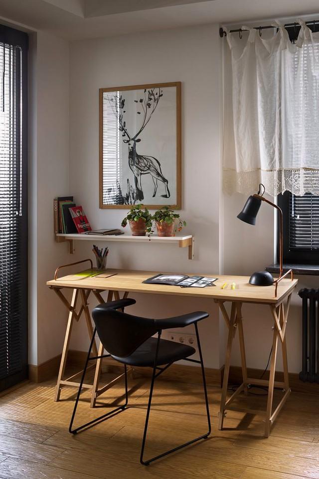 Bàn làm việc được dành riêng một vị trí thoáng sáng nhất cạnh cửa sổ.
