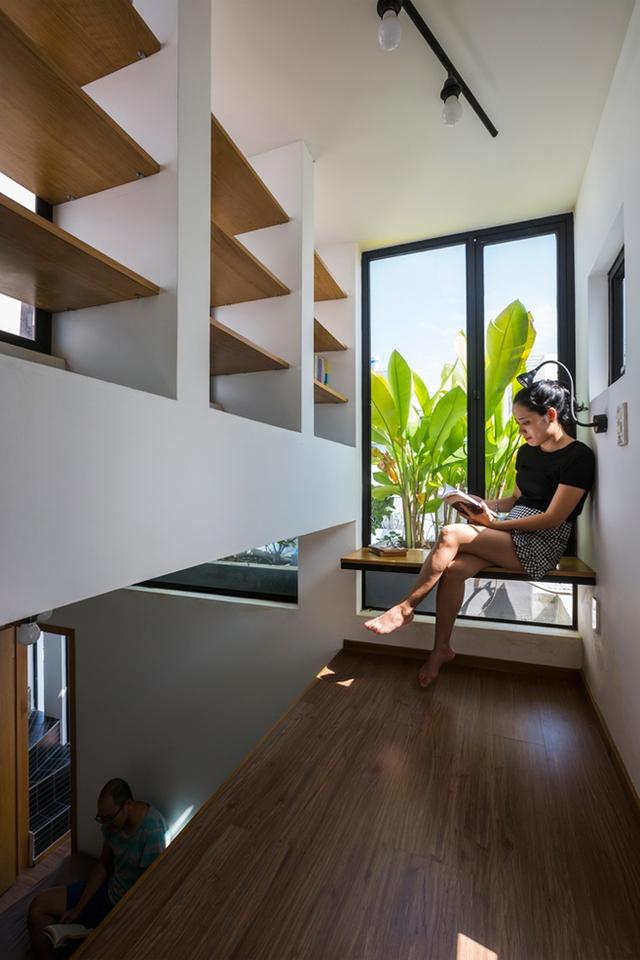 Góc đọc sách thoáng sáng với cây xanh tuyệt đẹp. Chủ nhà có thể ngồi cạnh cửa sổ hoặc có thể nằm dài thư giãn trên sàn gỗ.