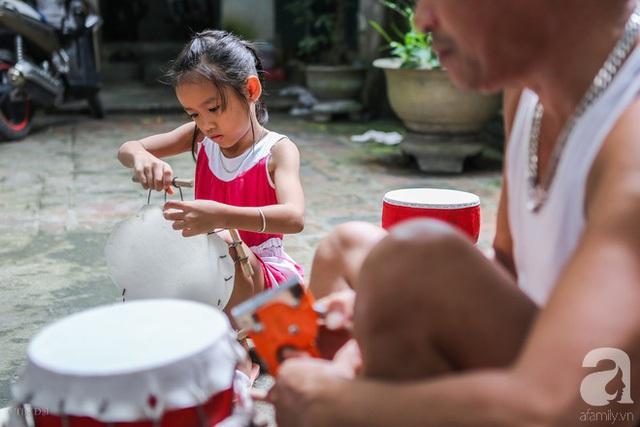 Dù ít tuổi, nhưng những em bé làng Hảo luôn chịu khó học hỏi, chăm chú theo dõi đôi bàn tay của ông bà, bố mẹ.