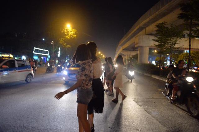 Người qua đường gặp nhiều khó khăn vì các phương tiện đi lại. Ảnh: Phương Thảo