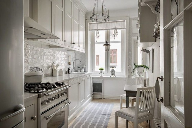Nhờ hai bên là hai cửa kính lớn nên không gian nấu ăn lúc nào cũng thoáng sáng.