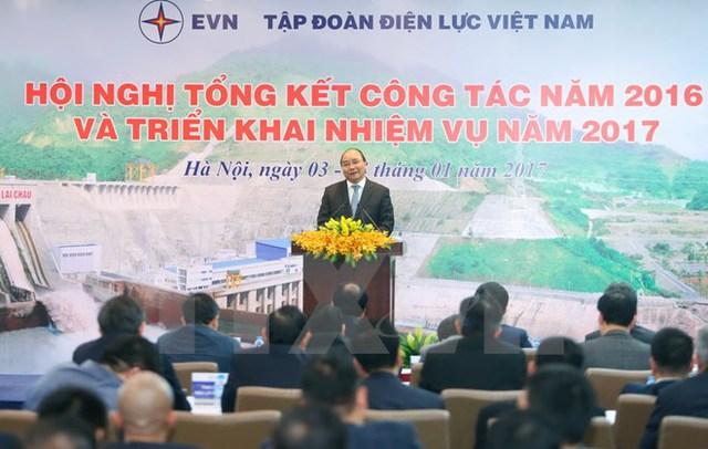Thủ tướng Nguyễn Xuân Phúc dự Hội nghị tổng kết công tác năm 2016 và triển khai nhiệm vụ năm 2017 của Tập đoàn Điện lực Việt Nam. (Ảnh: Thống Nhất/TTXVN)