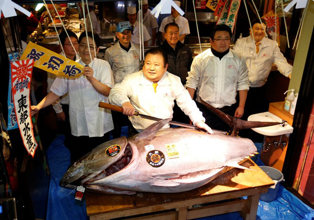Đây là lần thứ 6 liên tiếp ông Kimura giành chiến thắng trong phiên đấu giá cá ngừ đầu năm. Ảnh: Reuters.