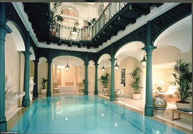 Biệt thự xa hoa của tỷ phú Vương Kiện Lâm nằm trên phốKensington Palace Gardens, con phố đắt đỏ bậc nhất London.Đây từng là nơi ở của nhiều nhân vật có tiếng tăm, trong đó có Cao Ủy Nigeria, một tỷ phú Ukraine.Căn biệt thự mang phong cách cổ điển thời kỳ Victoria còn có một bể bơi trong nhà.