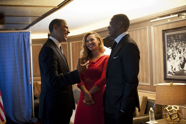 Tình bạn khăng khít giữa Obama và cặp vợ chồng ca sĩ Beyonce - Jay-Z là chủ đề được báo giới nhiều lần nhắc tới. Tôi đã biết họ vài năm rồi. Đó là những người tốt. Beyonce quá đỗi ngọt ngào với Michelle và bọn trẻ (vợ và con gái của ông Obama), tổng thống da màu nói về cặp đôi nghệ sĩ. Họ là những người bạn tốt. Chúng tôi trò chuyện cùng nhau như tôi vẫn trò chuyện với tất cả bạn bè. Ảnh: White House.