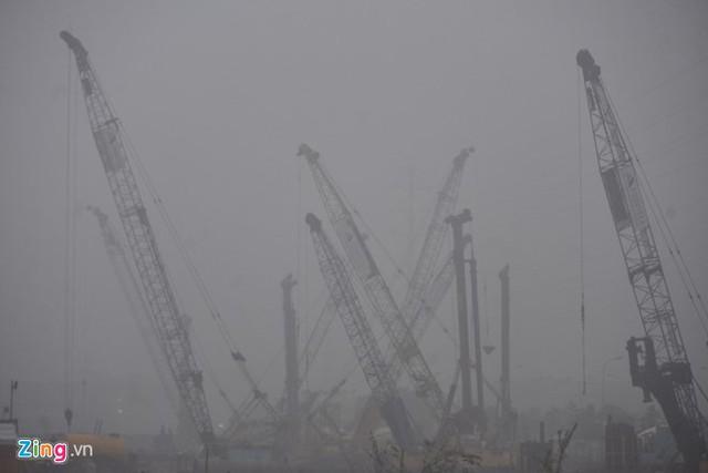 Đường phố Hà Nội ùn tắc trong mưa mù, trời tối sầm - ảnh 4