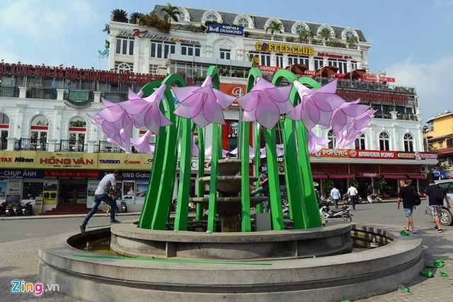 Đài hoa rau muống gây tranh cãi trên quảng trường Đông Kinh Nghĩa Thục, Hà Nội. Ảnh: Tiến Tuấn.