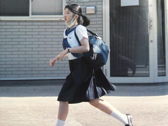 Hình ảnh Công chúa tự đi học lúc học cấp 3.