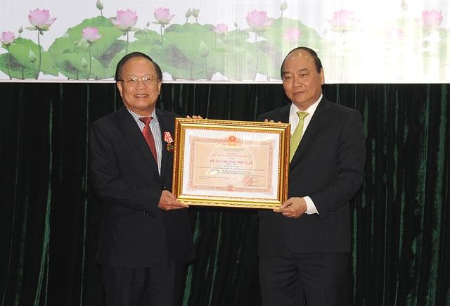 Thủ tướng Nguyễn Xuân Phúc trao Huân chương Độc lập hạng Nhì cho nguyên Bộ trưởng Hoàng Tuấn Anh. Ảnh: VGP/Quang Hiếu