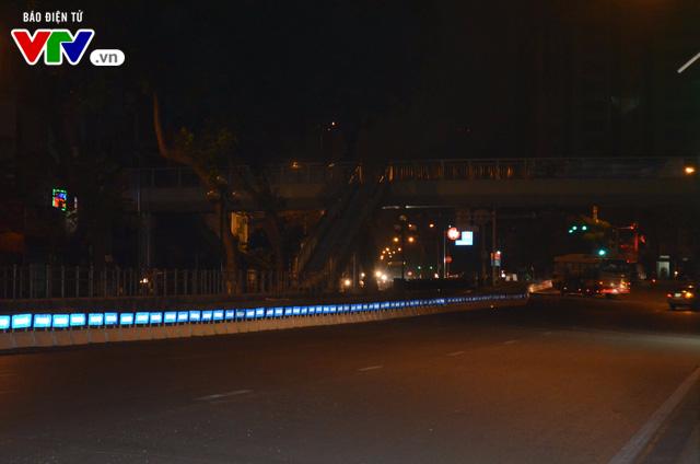 Bắt đầu lắp dải phân cách ưu tiên buýt nhanh ở Hà Nội - Ảnh 3.