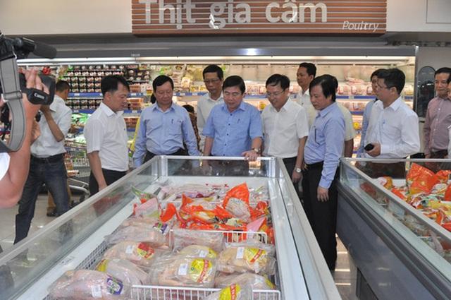 Ông Nguyễn Thành Phong khảo sát tình hình kinh doanh Tết tại hệ thống bán lẻ thuộc Saigon Co.op sáng 25-1