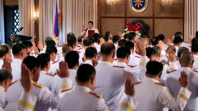 Tổng thống Philippines tham dự lễ tuyên thệ của các cảnh sát ngày 19/1/2017.