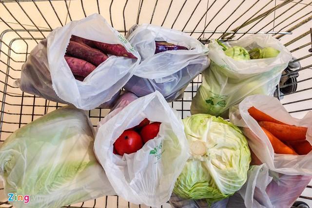 Khoai lang, cà rốt, cà chua, su hào, bắp cải… được anh lựa chọn đầu tiên cho vào giỏ hàng.