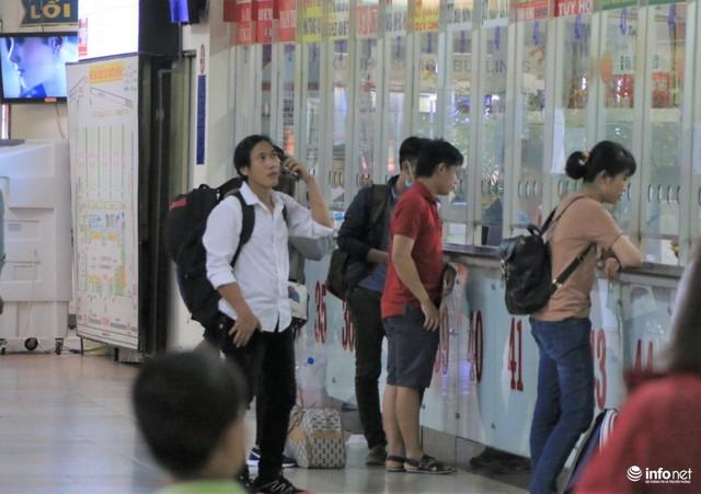 Tại quầy cũng chỉ có một vài người mua vé đi về các tỉnh thành