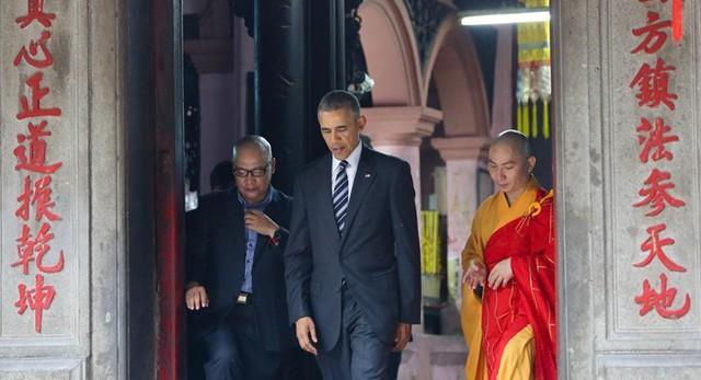 GS Dương Ngọc Dũng (trái), Tổng thống Obama và sư thầy trụ trì của Ngọc Hoàng (TP.HCM). Ảnh: Hải An.