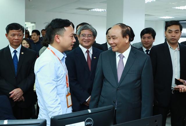 Thủ tướng trò chuyện với nhân viên Công ty FPT Software. Ảnh: VGP/Quang Hiếu