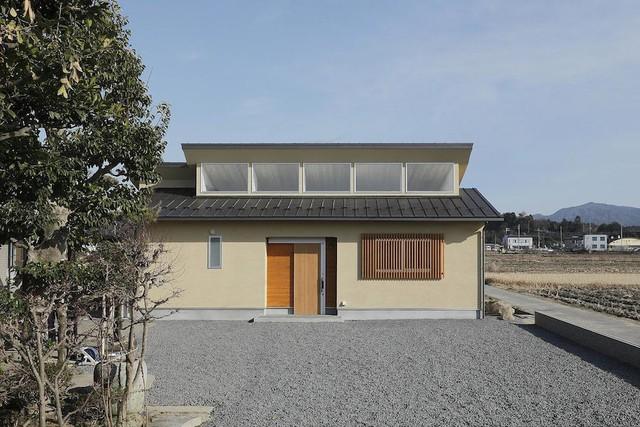 """Thiết kế của ngôi nhà gây sự chú ý đặc biệt ở phần mái. Những """"miệng hút gió"""" được bố trí khéo léo trên mái nhà khiến cho không gian bên trong lúc nào cũng mát mẻ, thông thoáng nhờ gió trời."""