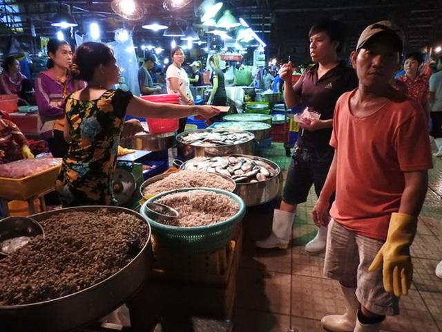 12 giờ đêm, hoạt động tại chợ bắt đầu sôi động